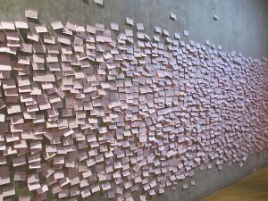 Wand voller rosa Notizzettel