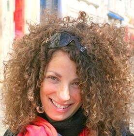 Farbfotografie mit einer lächelnden Frau im Porträt