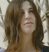 Farbfotografie mit Porträt einer jungen Frau mit braunen schulterlangen Haaren
