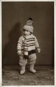 Schwarz-Weiß-Fotografie eines Kleinkinds mit Mütze und Schal