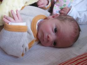 Säugling, der Mittel- und Ringerfinger spreizt