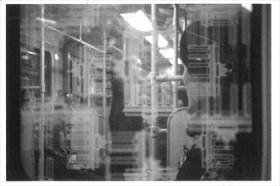 Schwarz-weiß Fotografie einer Postkarte mit Abbildung eines Innenabteils einer Straßenbahn