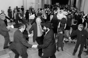 Schwarz-weiß Fotografie: Tanzende Menschen in einem Saal
