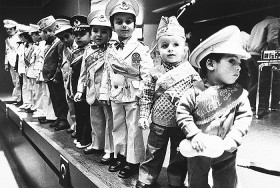 Schwarz-weiß Fotografie: kleine Jungen in Uniform stehen auf einer Bühne