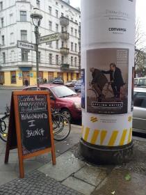 Plakat an einer Litfaß-Säule: Imam Ferid Heider und Rabbiner Daniel Alter werben gemeinsam für die »Cycling Unites«-Critical-Mass-Tour am 22. März 2015 in Berlin