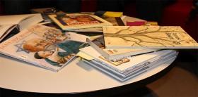 Auf einem kleinen Tisch liegen Bücher durcheinander