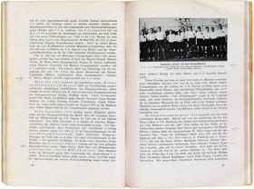 Aufgeschlagenes Buch mit Text und dem Foto einer Fußballmannschaft