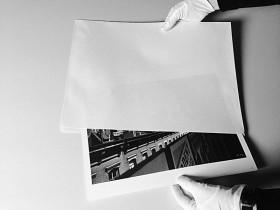 »Was verbirgt sich in diesem Umschlag?« © Jüdisches Museum Berlin, Foto: Julia Kouzmenko