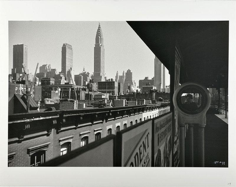 schwarz-weiß Fotografie mit Blick auf die Skyline New Yorks mit Spiegelung der Fotografien Ilse Bing