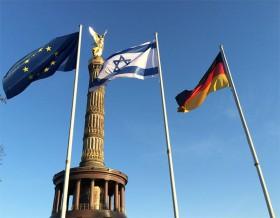 Farbfotografie mit wehenden Flaggen der EU, Israels und Deutschlands an der Siegessäule in Berlin