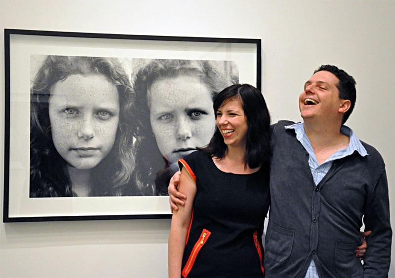 Farbfotografie eines jungen Paares, lachend und sich umarmend