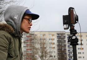 Junge Frau mit einer Kamera