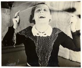 Junge Frau mit einem durchsichtigen Schal vor dem Gesicht