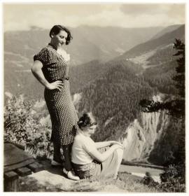 Eine Frau und ein junges Mädchen in den Bergen
