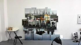 Das im Interviewtext beschriebene Bild von Möbeln, die sich in Pfützen spiegeln, an einer Atelierwand