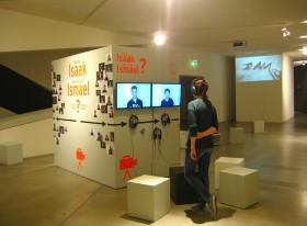 Besucherin vor Monitoren an der Videobox