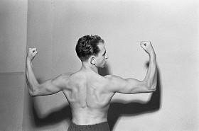 Portrait eines Mannes mit nacktem Oberkörper von hinten
