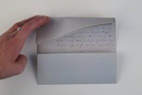 Die Rekonstruktion anhang von maßstabsgetreuen Fotoausdrucken: Der Doppelbogen mit der Nachricht wird so gefaltet, dass der Inhalt im Inneren verborgen ist.