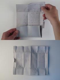 Der Brief kann dann aufgefaltet und gelesen werden. Die Faltungen zeichnen sich deutlich ab. Im Originalbrief sind die Faltungen immer noch erkennbar.