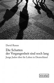 Buchcover mit einer Fotografie, auf der die Schatten von Menschen auf Kopfsteinpflaster zu sehen sind