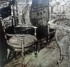 Mit Schwarzlot bemalte Glasplatte, auf der zwei Stühle und ein Tisch zu sehen sind