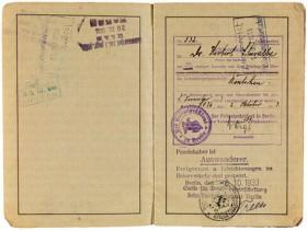 Aufgeschlagenes Passdokument mit handschriftlichen Eintragungen und Stempeln