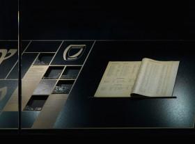 Ein aufgeschlagenes Heft mit Namenslisten in einer Vitrine