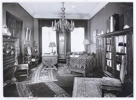 Fotografie des prachtvoll eingerichteten Herrenzimmers der Familie Rosenfeld