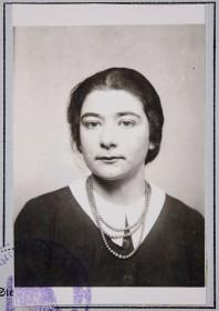 Schwarz-weiß Passfoto von Hilde Salomonis