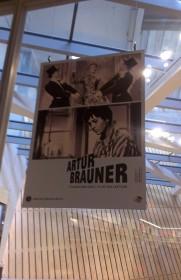 Blick auf ein Artur-Brauner-Plakat im Lesesaal