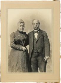 Schwarz-Weiß-Fotografie eines älteren Ehepaares, das sich gegenseitig den Arm umgelegt hat