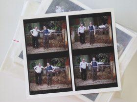 Vier fast identische Farbfotografien von zwei älteren Männern mit Schnurrbart