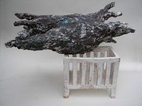 Modell von einer schwarzen Wolke, die über einem weißen Bett schwebt