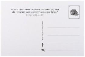"""Rückseite der Postkarte mit der Aufschrift """"'wir wollen niemand in den Schatten stellen, aber wir verlangen auch unseren Platz an der Sonne.' Bernard von Bülow, 1897"""" sowie der Abbildung eines Totenschädels anstelle einer Briefmarke"""