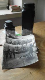 Dosen mit Fotoemulsion und Fotoabzügen