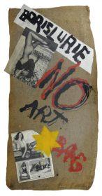 Ein Jutebeutel mit der Aufschrift »Boris Lurie NO ART BAG«, aufgeklebten Pin-up-Fotos und einem gelben Stern
