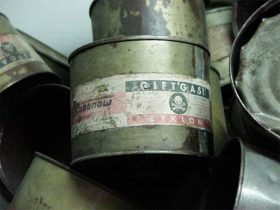 Eine Dose mit der Aufschrift »Giftgas Zyklon« und einem Totenkopf auf einem Haufen weiterer solcher Dosen