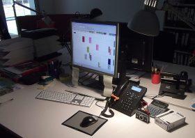 Schreibtisch mit Monitor und Telefon
