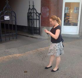 Dana Müller fotografiert einen Stolperstein