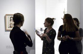 Gruppe in der Ausstellung vor dem Werk »Untitled« von Boris Lurie; Jüdisches Museum Berlin, Foto: Svenja Kutscher
