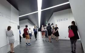 Achsen des Libeskind-Baus mit Besucherinnen und Besuchern
