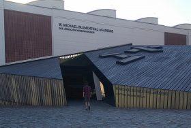 Janik Petersdorff vor dem Eingang der Akademie Jüdischen Museums Berlin