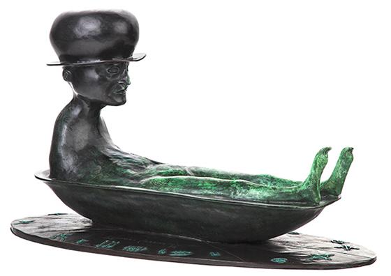 Bronzefigur eines in der Wanne sitzenden Mannes mit Hut