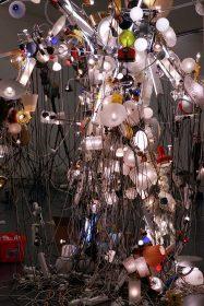 Eine menschenförmige Skulptur aus vielen Lampen