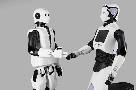 Zwei humanoide Roboter reichen sich die Hand