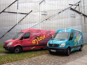 Zwei on.tour-Busse vor dem Libeskind-Bau