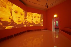 Roter Raum mit dreiteiliger Film-Leinwand