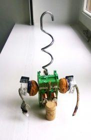 Gebastelte Fantasiefigur aus Korken, Drähten, alten Elektroteilen
