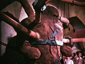 Filmstill mit einer angeketteten Golem-Figur