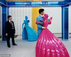 Fotografie von Männern, die mit Tanzrobotern weiblicher Statur mit langen Kleidern tanzen